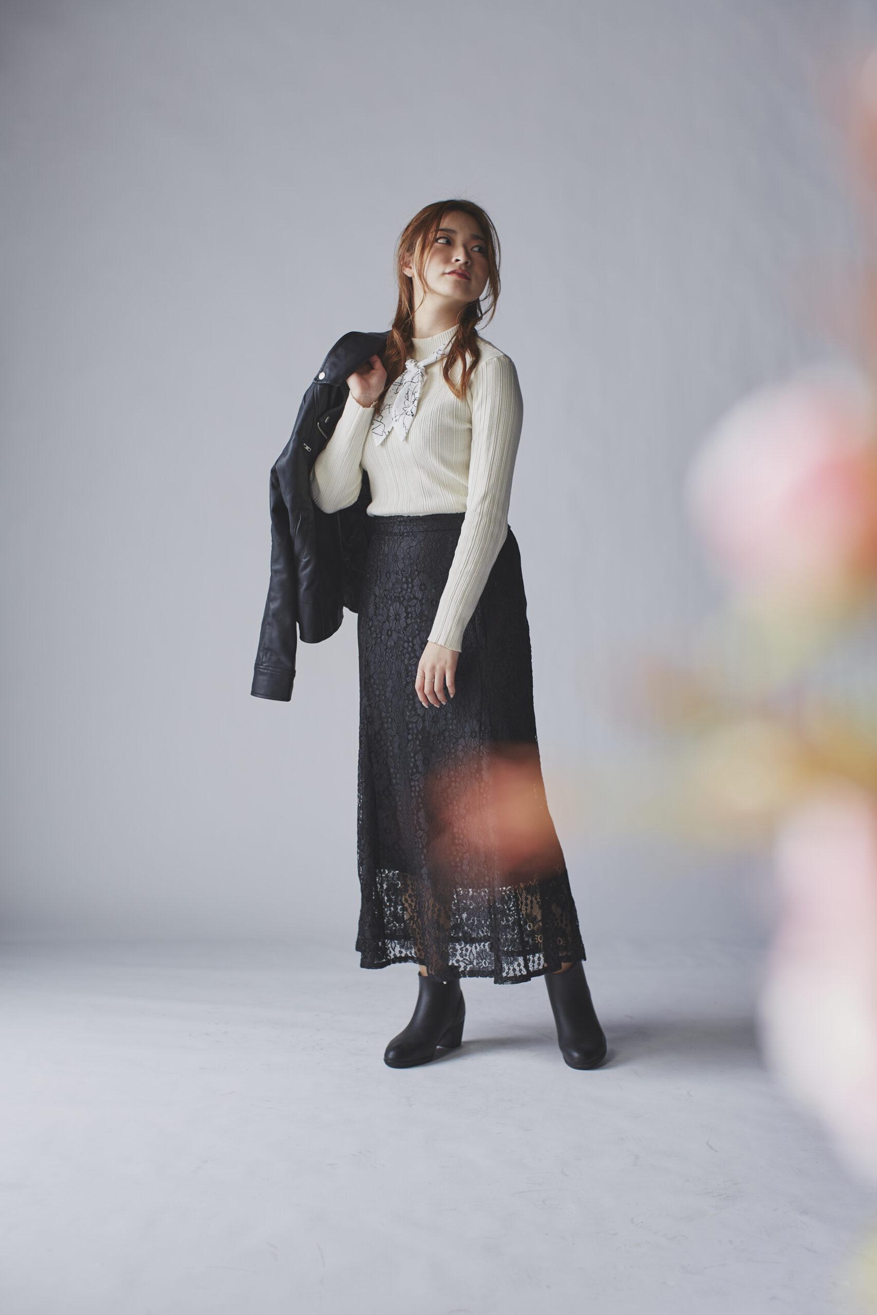 スカーフを使って華やかに魅せるおしゃれブラックロングスカートコーデ